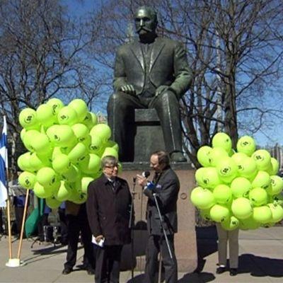 Keskustapuolueen Vappu Kyösti Kallion patsaalla.