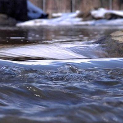 Vesi virtaa joessa