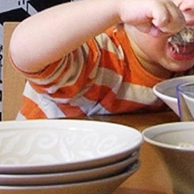 Lapsi syö puuroa pöydän ääressä.