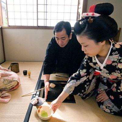 Japanilainen teemestari opettaa maikoille teeseremoniaa Kiotossa.