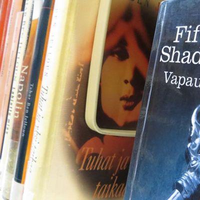 Fifty shades of grey -trilogian kolmas osa Vapautettu Kemin kaupunginkirjaston hyllyssä.