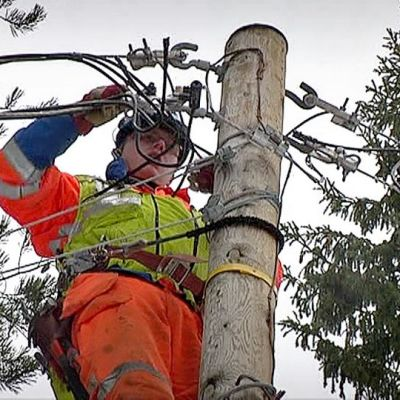 Mies korjaa sähkölinjaa