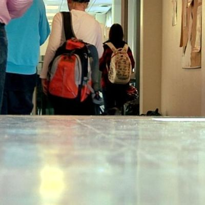 Koulu käytävä oppilaat