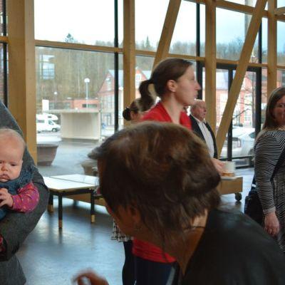 Eero Vainion kaksosvauvat olivat mukana vaali-illassa.