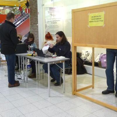 Oulun Limingantullin Prisman ennakkoäänestyspaikalle piti jonottaa ensimmäisenä ennakkoäänestyspäivänä.