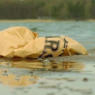 Muovipussi vesirajassa merenrannalla.