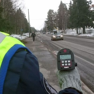 Poliisi mittaa nopeutta tutkalla.