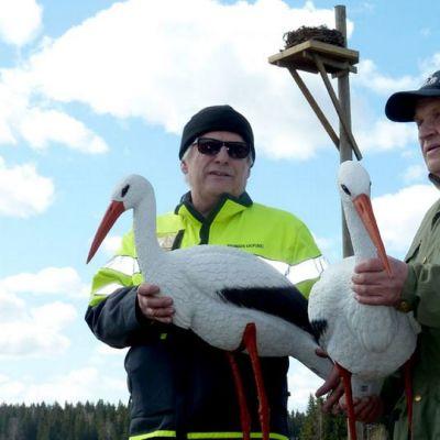 Tero Westerlund ja Juhani Koivu tekohaikarat sylissä.