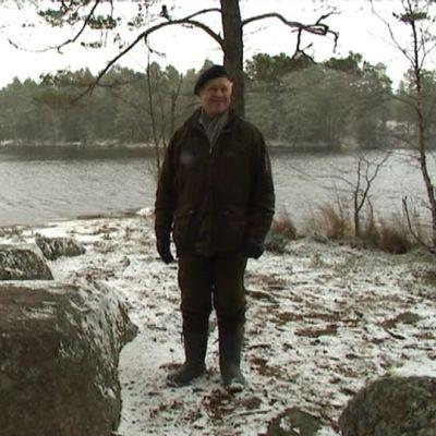 Teijolainen arkkitehti Hannu Paunila hymyilee Sahajärven rannalla.
