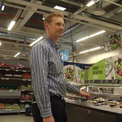 K-Supermarket Wasan kauppias Tomi Nordin salaattibaarin edessä