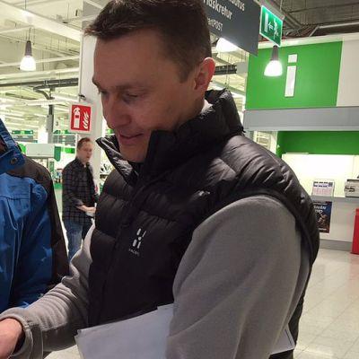 Kuvassa kaksi miestä marketissa tutkii karttaa