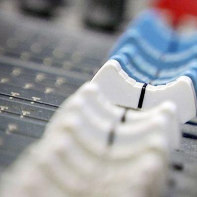 Paikallisradion äänipöydän nappuloita