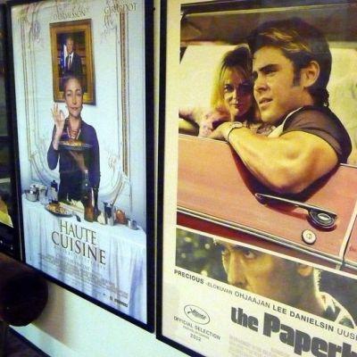 Elokuvajulisteita seinällä