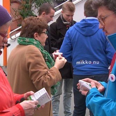 Rkp:n ehdokkaat Mikko Ollikainen ja Rurik Ahlberg vaalityössä Vaasan Rewell centerissä.