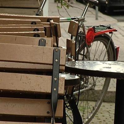 Tyhjä terassi ja polkupyörä.