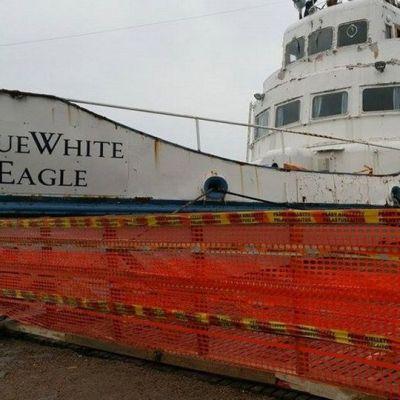 Blue White Eaglen omistaja Pekka Sivonen on aidannut laivan ja sitä valvotaan nyt kameroilla.