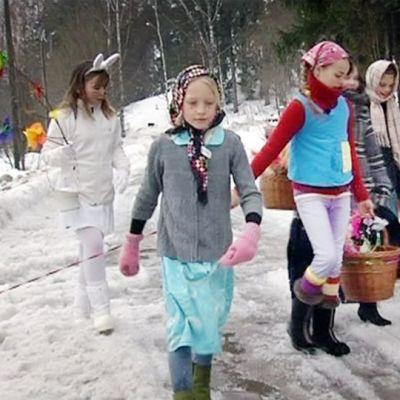 Noidiksi pukeutuneet lapset kävelevät ulkona.