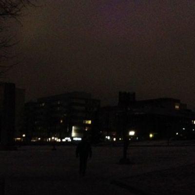 Pimeä Tampereen Sorin aukio