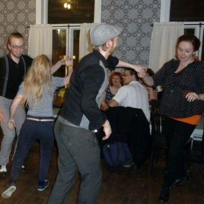 Tanssijat tanssivat swingmusiikin tahtiin oululaisessa Cafe Roosterissa.