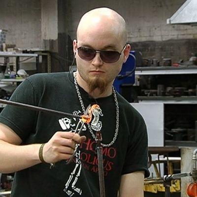 Nuutajärven lasikoulun opiskelija työstämässä lasia.