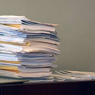 Valtion talousarviokirjoja ja monisteita pinossa.