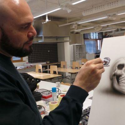 Jose Sanjuan kynäruiskumaalaa pääkallon kuvaa
