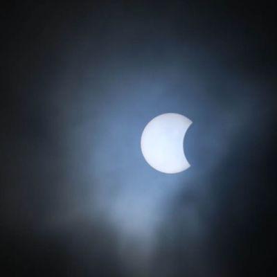 Auringonpimennys Kajaanin taivaalla 20.3.2015 alkamassa.