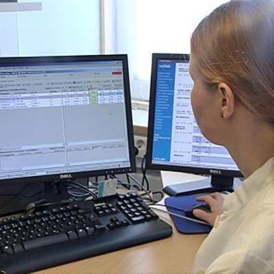 HUS:in työntekijä käyttää potilastietojärjestelmää.