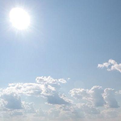 Aurinko puolipilvisellä taivaalla