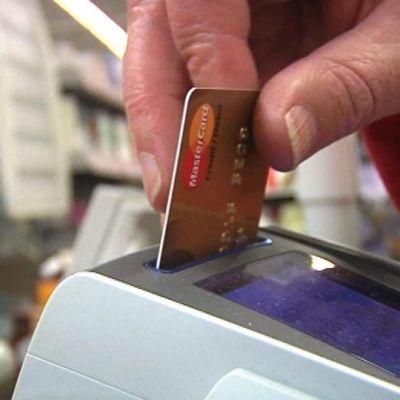 Kaupan maksupäätteeseen laitetaan maksukorttia