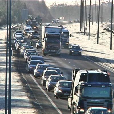 Ruuhkaa kauppakeskuksen avajaisten aikana moottoritiellä Oulussa.