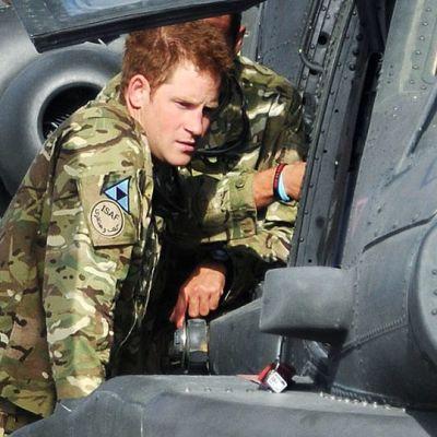 Harry toisen sotilaan kanssa koneen sivulla.