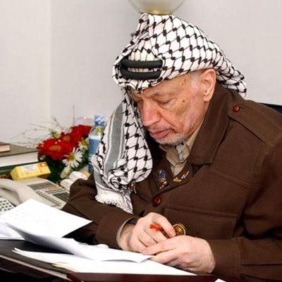 Jasser Arafat työhuoneessaan.