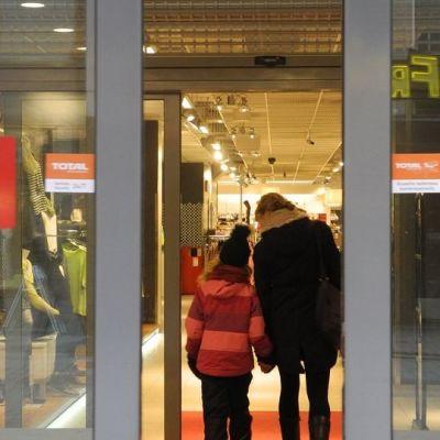 Kaksi asiakasta Anttilan tavatalon ovella Jyväskylässä.