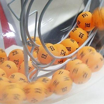 Lottopalloja pyörimässä arvontakoneessa.