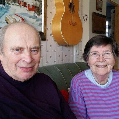 Nainen ja mies istuvat sohvalla.