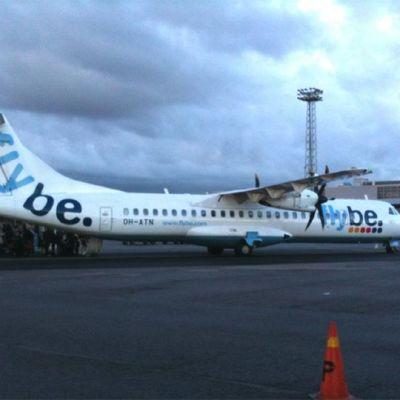 Flyben ATR-42 -potkuriturbiinikone Helsingin lentokentällä.