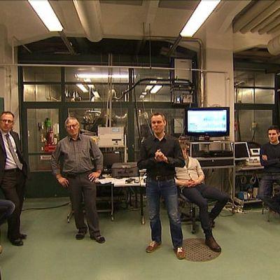 Ammattikorkeakoulu Novian opiskelijoita ja Baltic Yachtsin edustajia Vaasan kampusalueella Technobotniassa.