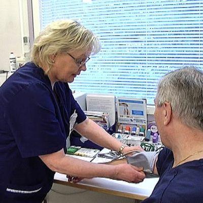 Sairaanhoitaja Airi Toivola mittaa verenpainetta.