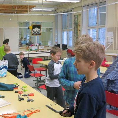 Viljami Tabell ohjaa lavastetyöpajaa Seminaarin koululla