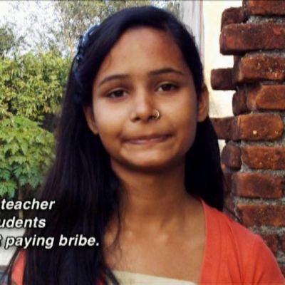 """Videokaappaus intialaisesta tytöstä ja englanninkielinen teksti: """"Exposing a corrupt techer ensured that 600 students could study without paying bribe."""""""