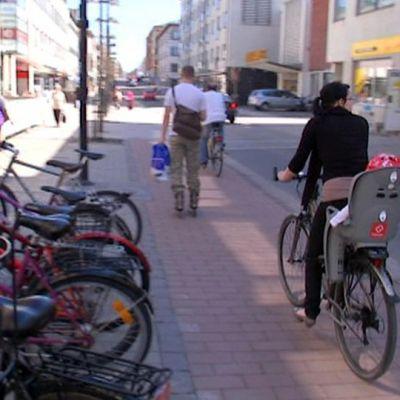 Pyöräilyä valtakadulla.