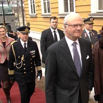 Kuningas Kaarle XVI Kustaa ja kuningatar Silvia Lappeenrannan Raatihuoneen edessä.
