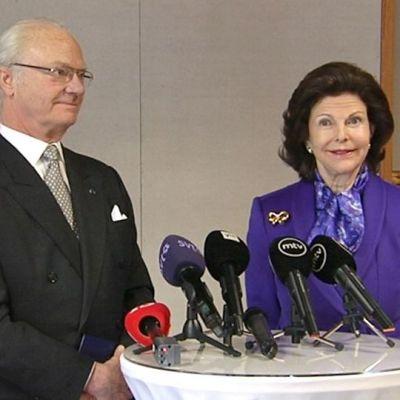 Ruotsin kuningas Kaarle Kustaa ja kuningatar Silvia puhuvat tiedotusvälineille Hanasaaren kulttuurikeskuksessa Espoossa.