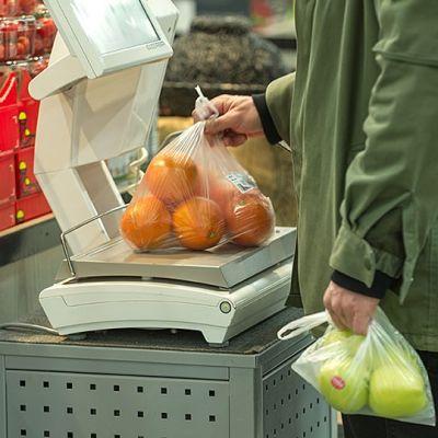 kauppa appelsiinien punnitus.