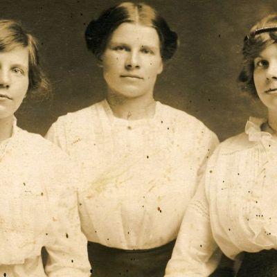 Kuvassa kolme nuorta naista 1900-luvun alun kuvassa