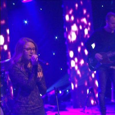 Houmchurchin musiikki on vetävää ja rokkaavaa. Kuvassa musatiimiläinen Anna-Loviisa Maunumaa ja  pastori Johannes Saranpää vauhdissa.
