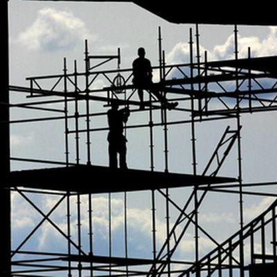 Rakennusmiehiä telineillä