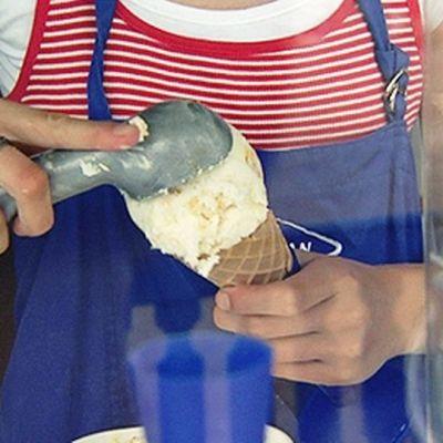 Jäätelönmyyjä tekee jäätelötötteröä.