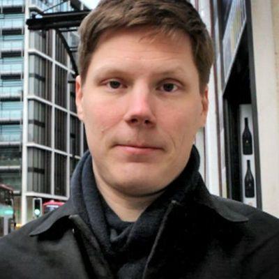 Kirjeenvaihtaja Pasi Myöhänen Lontoon kadulla.